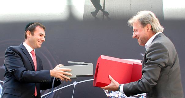 Aujourd'hui, Ari Epstein, CEO de l'Antwerp World Diamond Centre, et Bart Van Den Meersche, Chief Enterprise Market Officer de Proximus, ont raccordé symboliquement le premier immeuble du quartier anversois des diamantaires au réseau de fibre optique de Proximus.