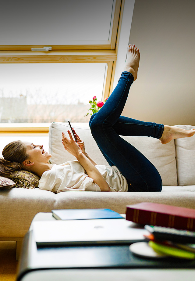 Banner Tessares Mobile: women on couch at home with tablet