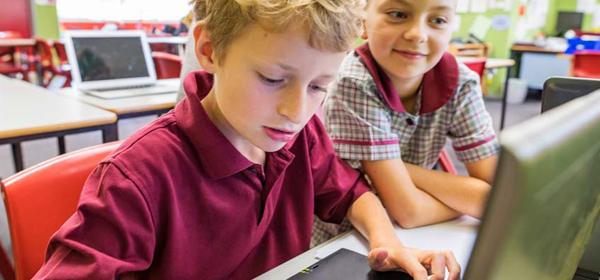 enfants qui utilisent un ordinateur