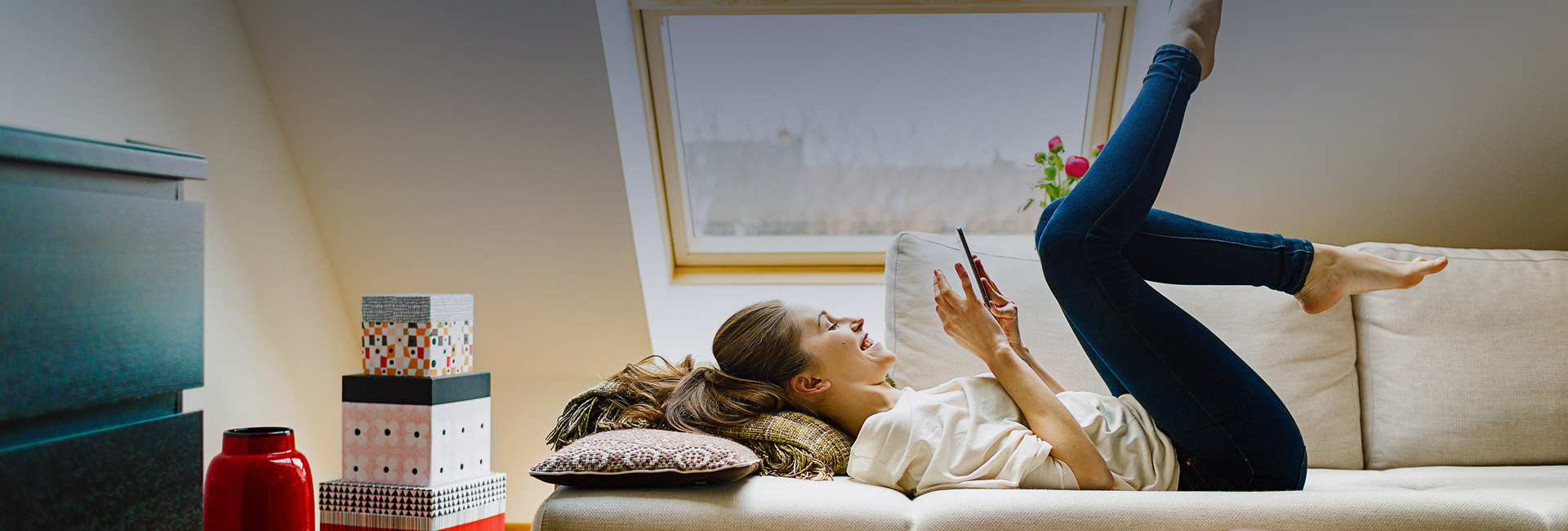 Banner Tessares: women at home on couch with tablet